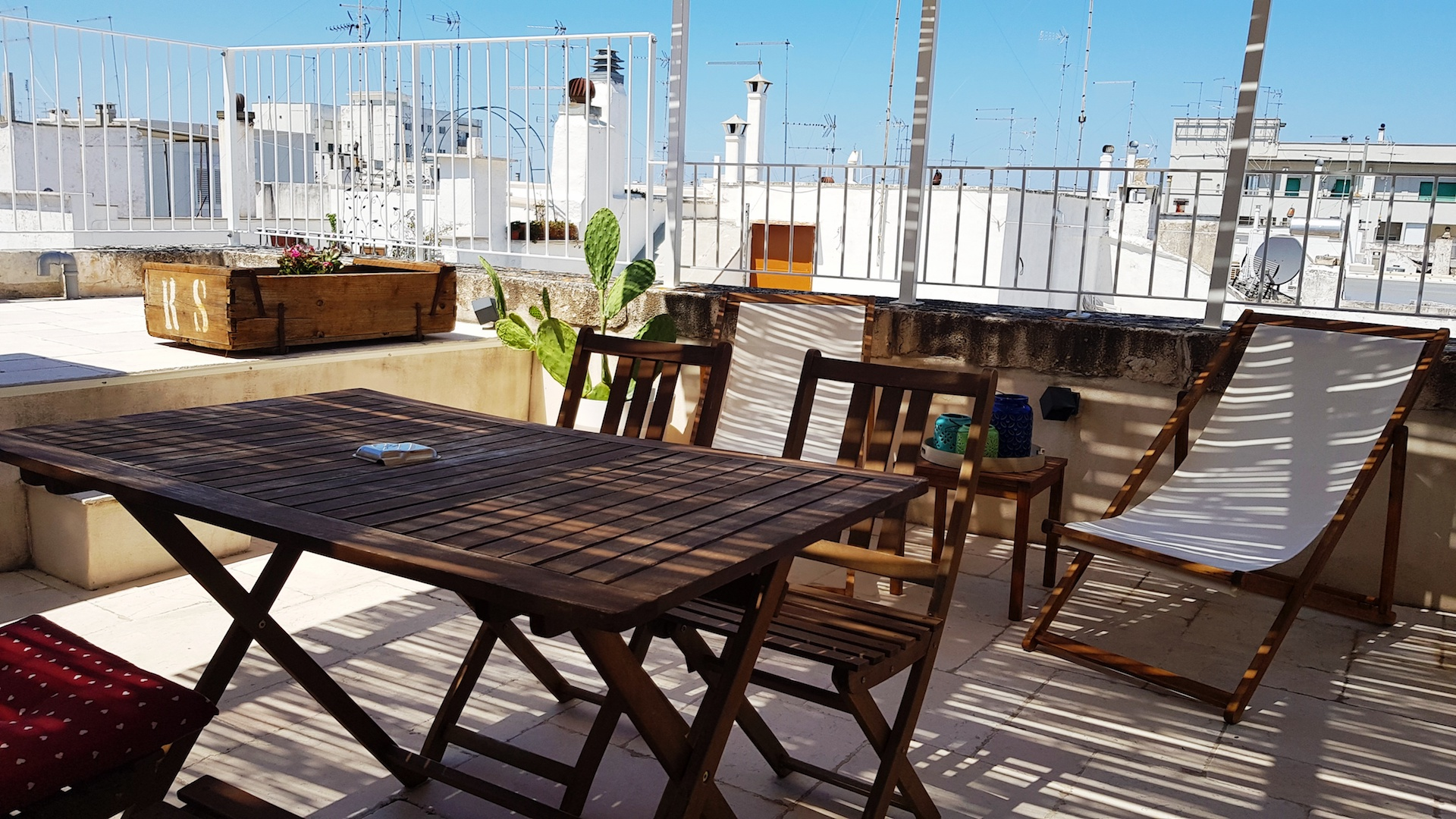 Lower rooftop terrace facilities at Casa Emma holiday rental home in Ostuni Puglia